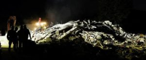 26/08/2016 Amatrice. Un violento terremoto colpisce la cittadina e i piccoli borghi intorno causando la distruzione del territorio e il collasso degli edifici. La ricerca dei superstiti e dei corpi continua senza interruzione durante la notte. I vigili del fuoco lavorano illuminati dalle luci fotoelettriche