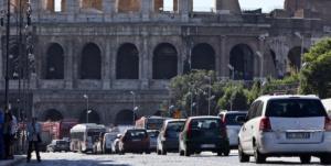 Macchine in transito su Via Fori Imperiali il tratto di strada che verr‡ oedonalizzato dal 3 agosto per renderla pedonale, 1 agosto 2013 a Roma ANSA/MASSIMO PERCOSSI