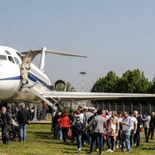 Taglio del nastro a Volandia per il DC-9 di Pertini e Papa Wojtyla