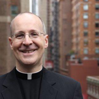 """Il gesuita che sfida i conservatori: """"La Chiesa accolga i gay, l'omofobia è un peccato"""""""