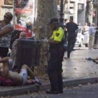 Furgone travolge la folla sulla Rambla a Barcellona: 13 morti, molti feriti