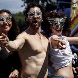 """Gay Pride, migliaia in piazza a Roma per la """"resistenza arcobaleno"""". Manifestazione anche a Trento"""