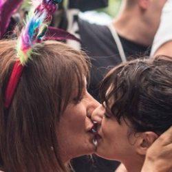 Il bacio tra Vladimir Luxuria e Asia Argento al Roma Pride