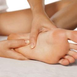 L'importanza e i benefici di massaggiare i piedi prima di andare a dormire (e come farlo al meglio)